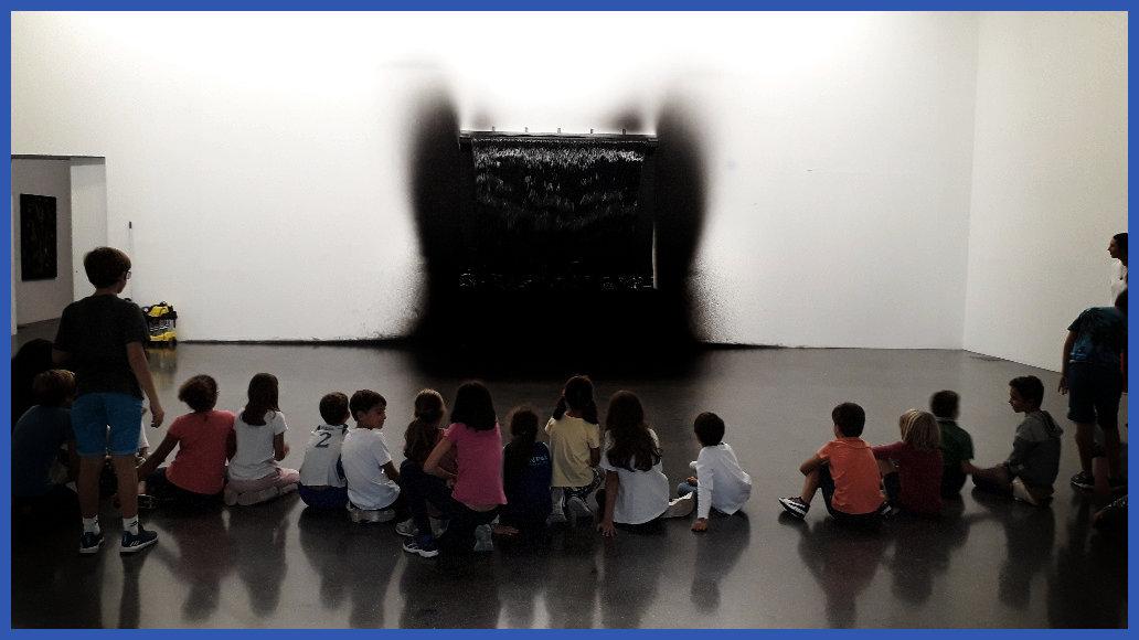 Les cm1a en admiration devant une oeuvre