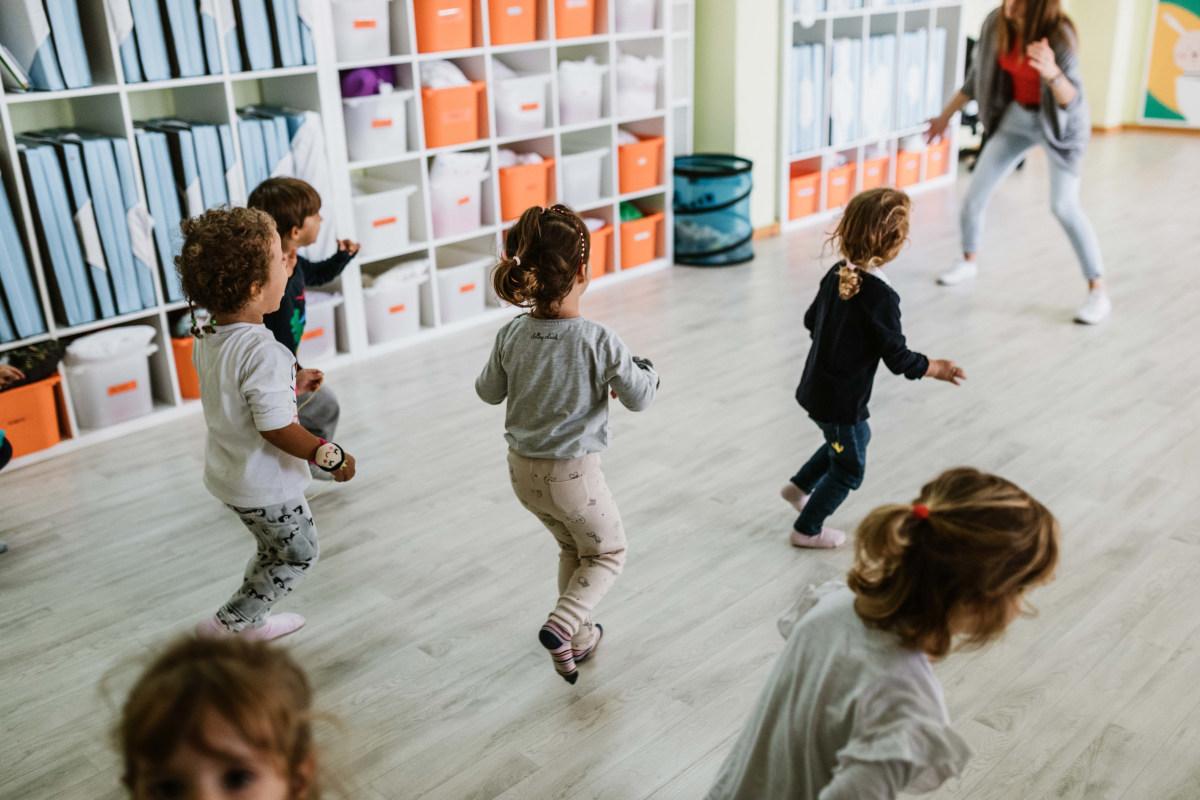 Niños corriendo en nuestra sala de motricidad